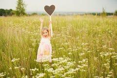 Petite fille heureuse avec amour de plat Photo libre de droits