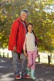 Petite-fille heureuse avec la grand-mère au parc Photos libres de droits
