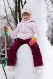Petite fille heureuse avec la pelle à neige photographie stock libre de droits