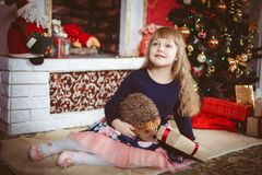 Petite fille heureuse avec le boîte-cadeau de Noël Image stock