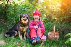 Petite fille heureuse avec le chien Image stock