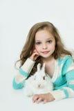 Petite fille heureuse avec le lapin Photographie stock libre de droits