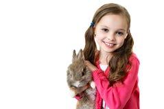 Petite fille heureuse avec le lapin photos stock