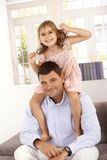 Petite fille heureuse avec le père image stock