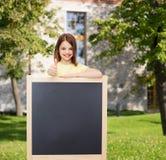 Petite fille heureuse avec le tableau noir vide Photos libres de droits