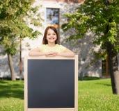 Petite fille heureuse avec le tableau noir vide Photographie stock libre de droits