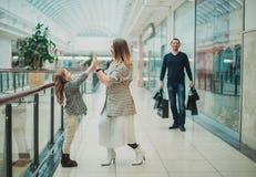 Petite fille heureuse avec sa maman dans le caddie et ses parents appréciant le week-end au grand centre commercial photos libres de droits