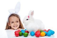 Petite fille heureuse avec son lapin de Pâques Photographie stock libre de droits