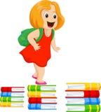 Petite fille heureuse avec un sac à dos marchant sur une pile des livres illustration libre de droits