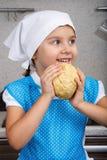 Petite fille heureuse avec une pâte Photographie stock