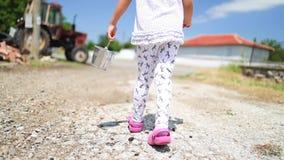 Petite fille heureuse courant avec le panier de fraise dans le jardin Fruits et légumes du pays dans la campagne banque de vidéos