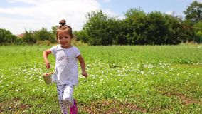Petite fille heureuse courant avec le panier de fraise dans le jardin Fruits et légumes du pays dans la campagne clips vidéos