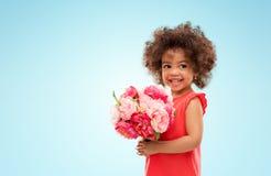 Petite fille heureuse d'afro-am?ricain avec des fleurs photo libre de droits