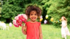 Petite fille heureuse d'afro-am?ricain avec des fleurs photos stock