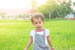 Petite fille heureuse d'enfant en bas âge marchant en parc images libres de droits