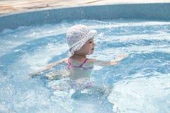 Petite fille heureuse dans la piscine photo libre de droits