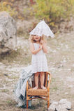 Petite fille heureuse dans une chaise dehors Images libres de droits