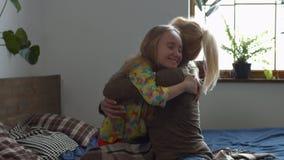 Petite fille heureuse embrassant sa maman après éveillé banque de vidéos
