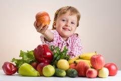 Petite fille heureuse et beaucoup de fruits et légumes Photo stock