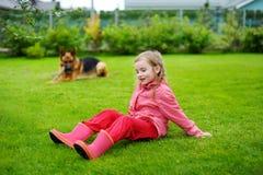 Petite fille heureuse jouant avec un grand chien Photos stock