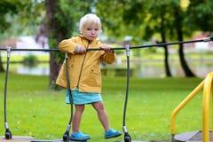 Petite fille heureuse jouant dehors Image stock