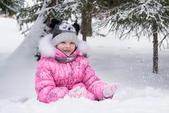 Petite fille heureuse jouant dehors en parc d'hiver Image libre de droits