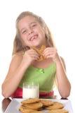 Petite fille heureuse mangeant des biscuits photographie stock libre de droits