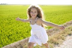 Petite fille heureuse ouverte courante de bras Photos stock