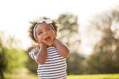 Petite fille heureuse riant et souriant dehors photo libre de droits