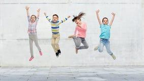 Petite fille heureuse sautant en air sur la rue Images libres de droits
