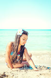 Petite fille heureuse sautant sur la plage Photos libres de droits