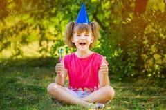 Petite fille heureuse se brossant les dents avec des pouces  Hygi?ne dentaire photo stock