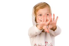 Petite fille heureuse souriante regardant ses mains Image stock