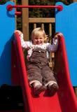 Petite fille heureuse sur la glissière Photographie stock