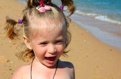 Petite fille heureuse sur la plage de sable Images libres de droits
