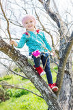 Petite fille heureuse sur un arbre Images stock