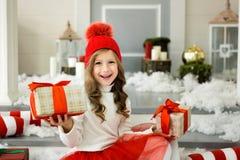 Petite fille heureuse tenant beaucoup de boîtes avec des cadeaux concept de vacances d'hiver, de Noël et de personnes photo libre de droits