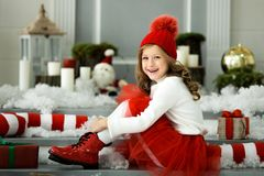 Petite fille heureuse tenant beaucoup de boîtes avec des cadeaux concept de vacances d'hiver, de Noël et de personnes image stock