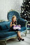 Petite fille heureuse tenant beaucoup de boîtes avec des cadeaux concept de vacances d'hiver, de Noël et de personnes images stock