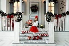 Petite fille heureuse tenant beaucoup de boîtes avec des cadeaux concept de vacances d'hiver, de Noël et de personnes photos libres de droits
