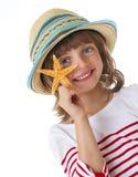 Petite fille heureuse tenant une étoile de mer Photos libres de droits