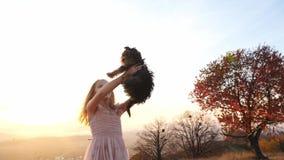 Petite fille heureuse tournant avec son chien banque de vidéos