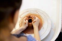 Petite fille heureuse travaillant avec la roue de potiers Photographie stock libre de droits