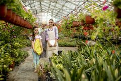 Petite fille, jeune femme et femme supérieure dans le jardin d'agrément images libres de droits