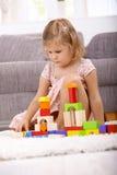 Petite fille jouant à la maison Photo stock