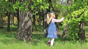 Petite fille jouant au printemps le parc clips vidéos