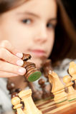Petite fille jouant aux échecs Photo libre de droits