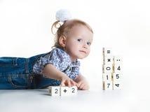 Petite fille jouant avec des blocs Images libres de droits