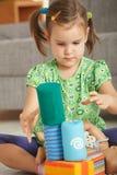 Petite fille jouant avec des blocs de jouet Image libre de droits