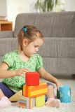 Petite fille jouant avec des blocs de jouet Photos stock